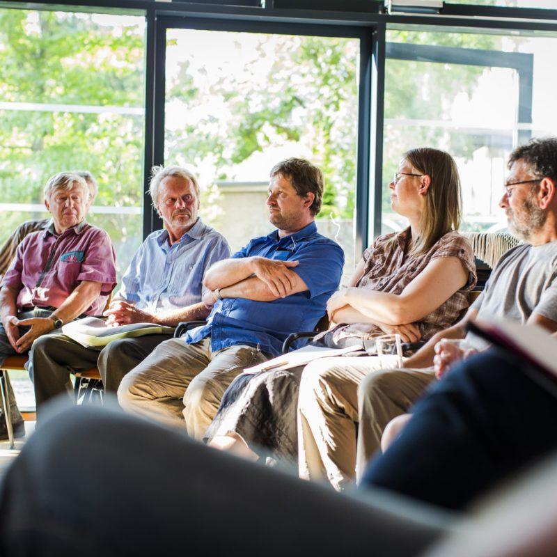 Das Foto zeigt Gäste des Kamingesprächs von Lausitzer Perspektiven in Forst (Juli 2017). Fotografiert von Florian Bröcker.