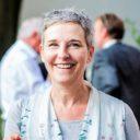 Das Foto zeigt Dagmar Schmidt, Vorstandsvorsitzende von Lausitzer Perspektiven, beim Kamingespräch von Lausitzer Perspektiven in Forst (Juli 2017). Fotografiert von Florian Bröcker.