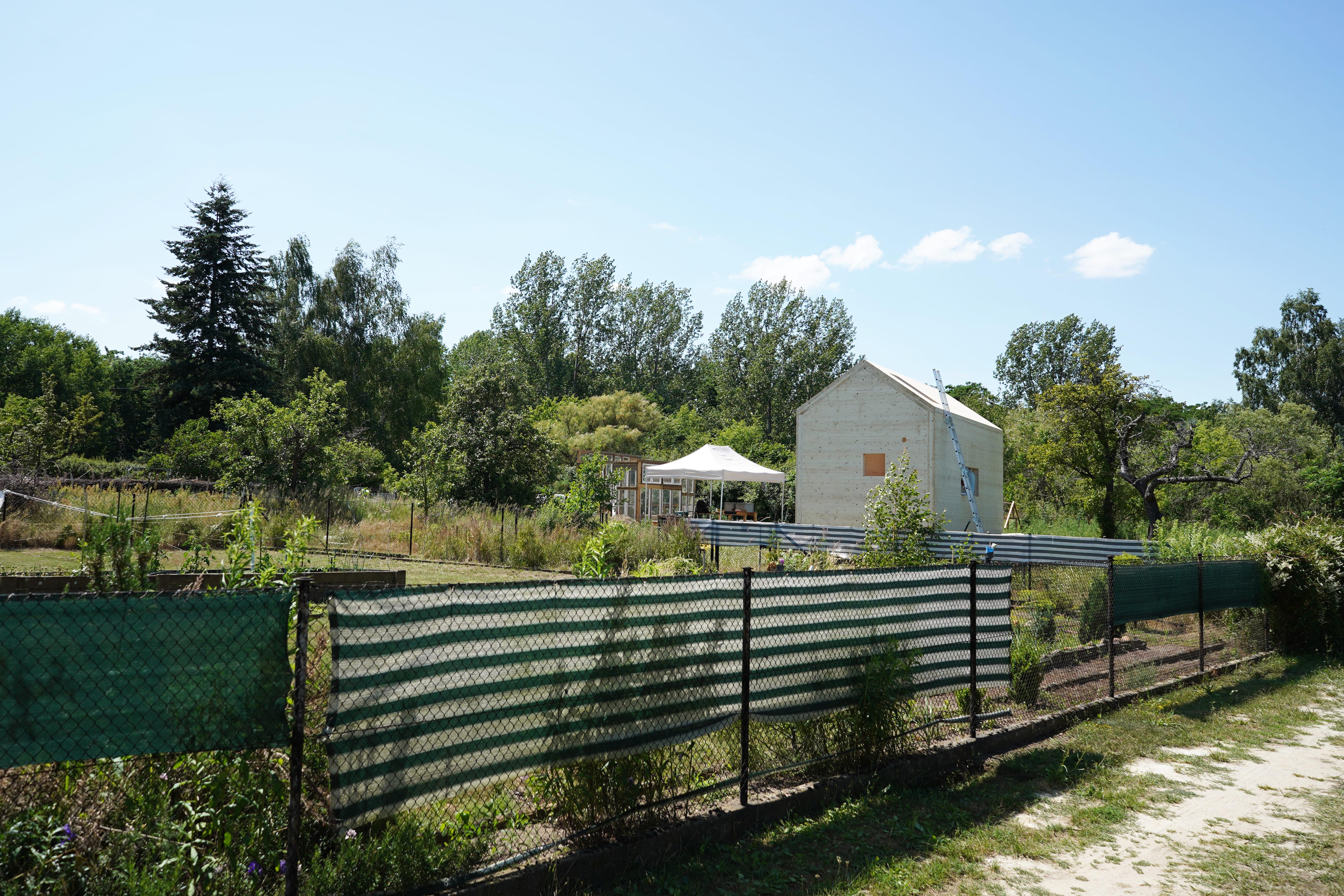 Blick auf Gartengrundstück und Tiny House während der Bauphase im Juli 2021. Foto: Valentina Troendle