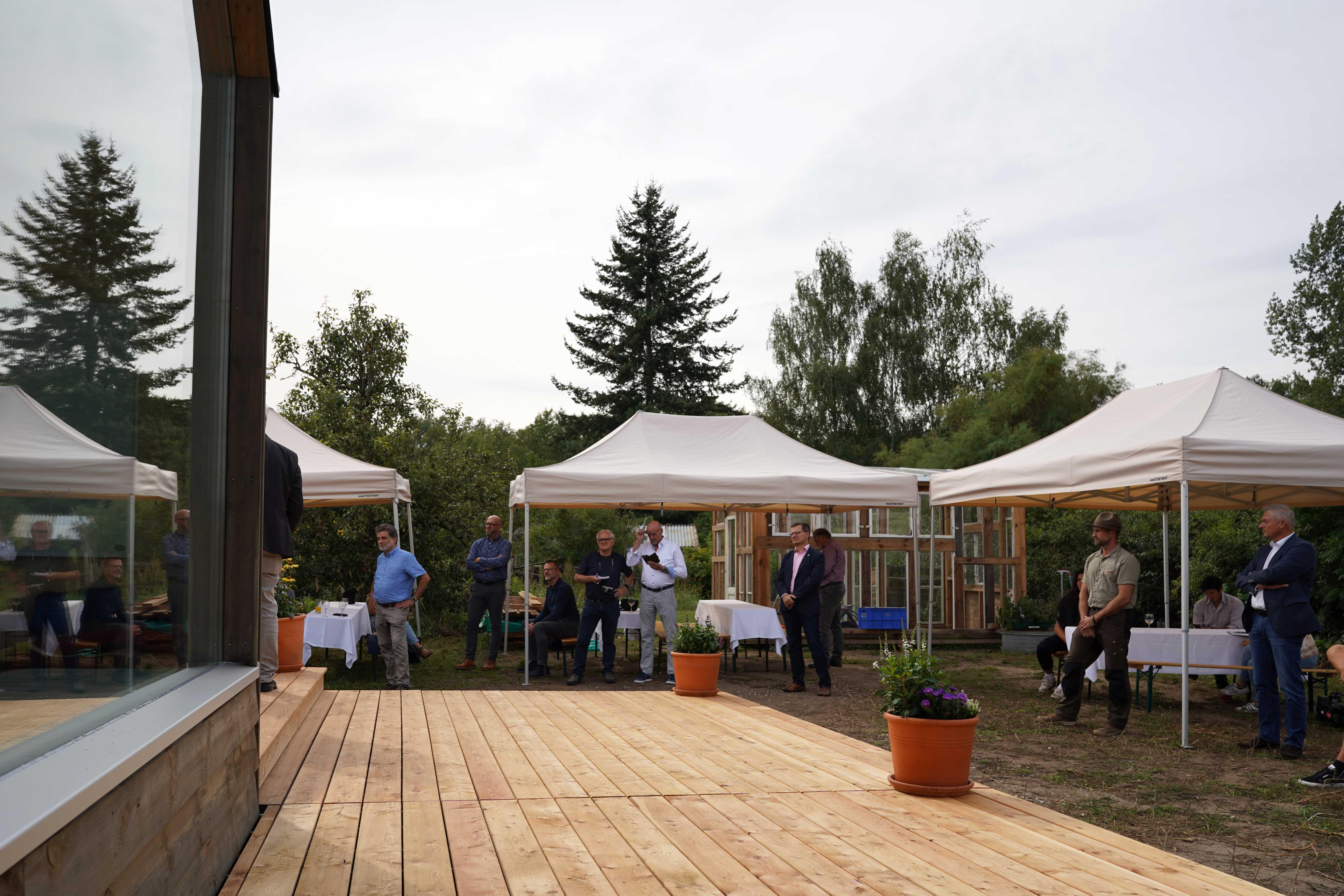 Gäste bei der Eröffnung des Tiny Houses in Raddusch. Foto: Valentina Troendle