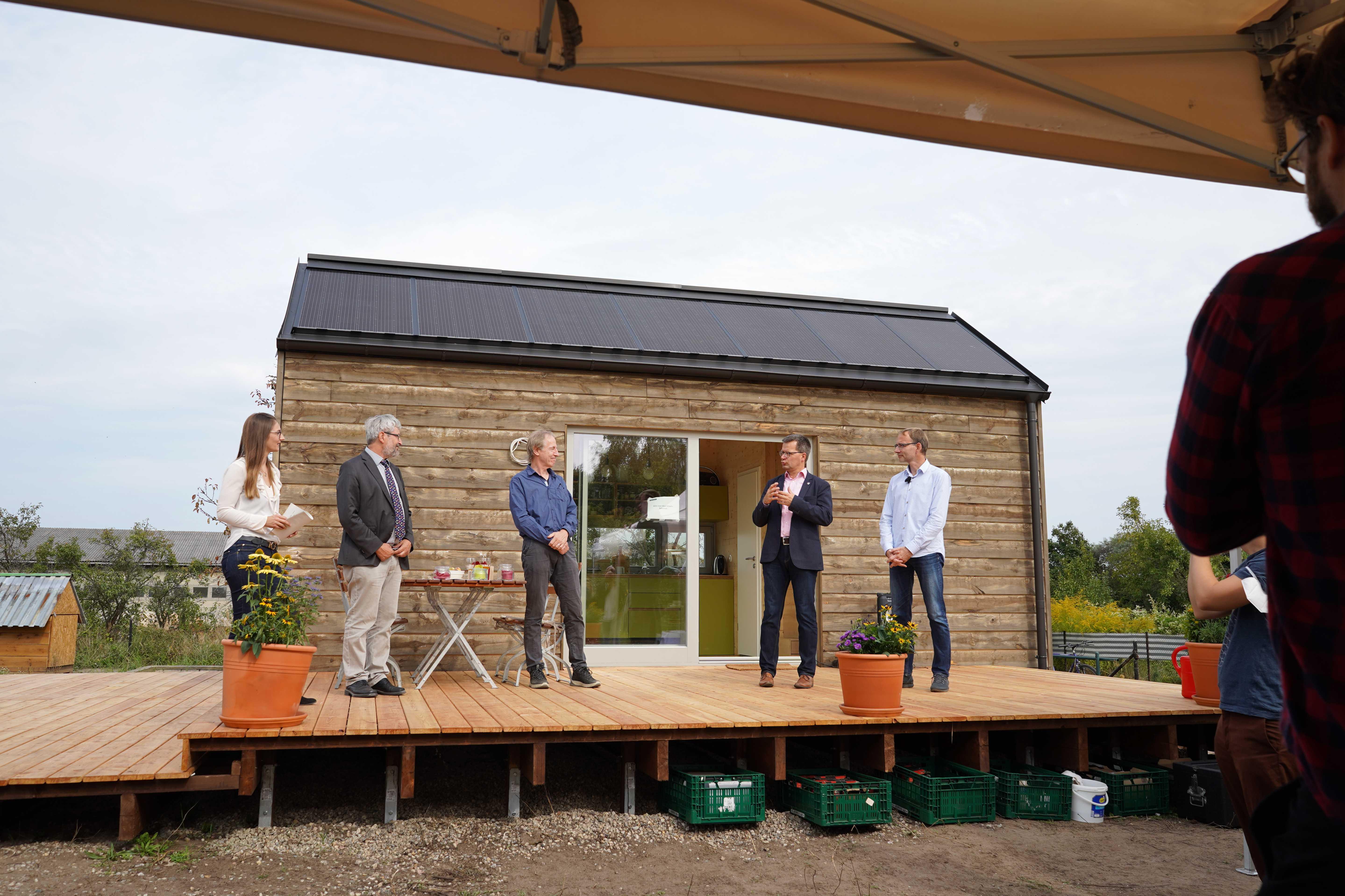 Podiumsgäste bei der Eröffnung des Tiny Houses in Raddusch. Foto: Valentina Troendle