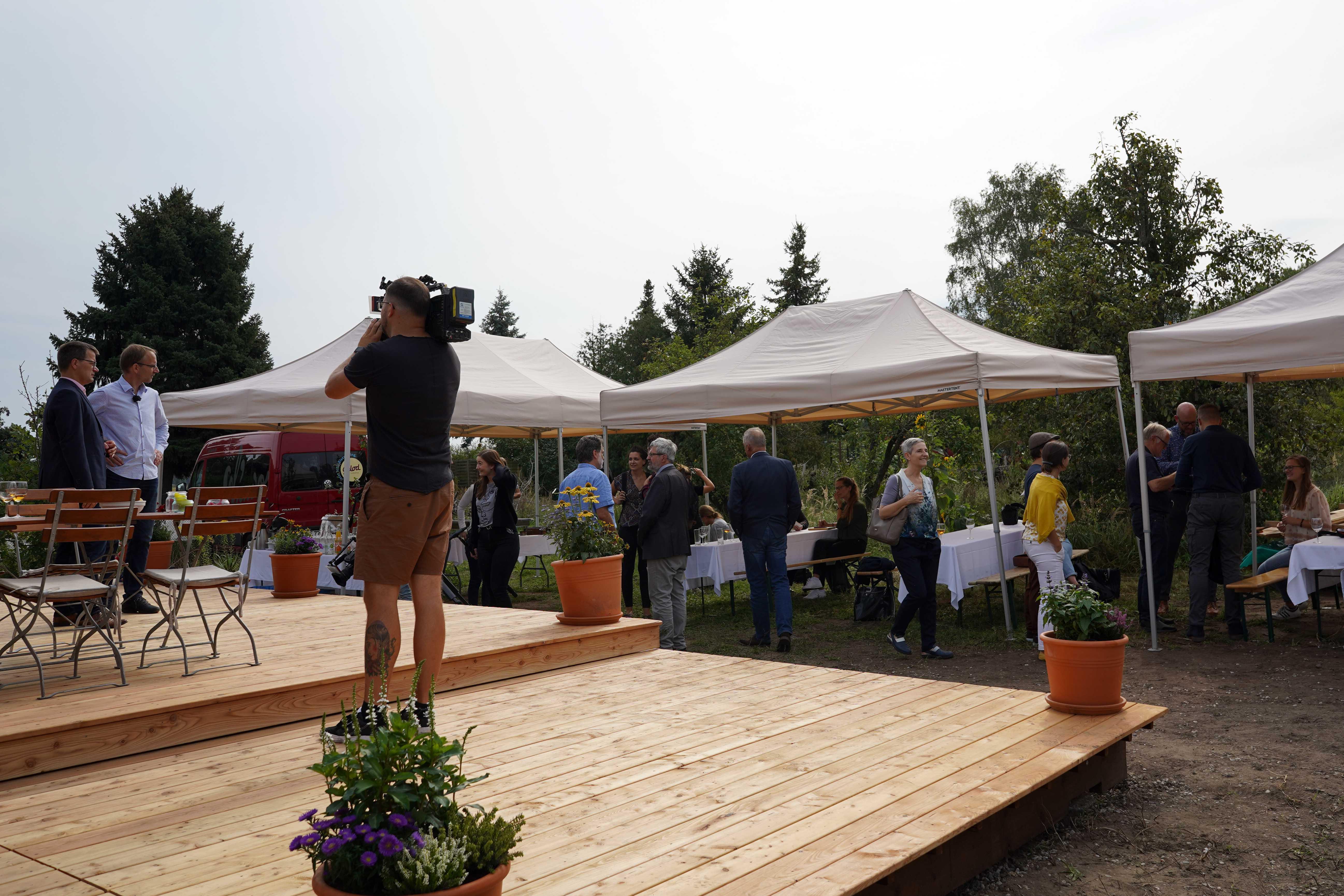 Filmaufnahmen bei der Eröffnung des Tiny Houses in Raddusch. Foto: Valentina Troendle